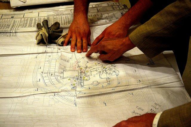 Mains sur un plan d'architecte