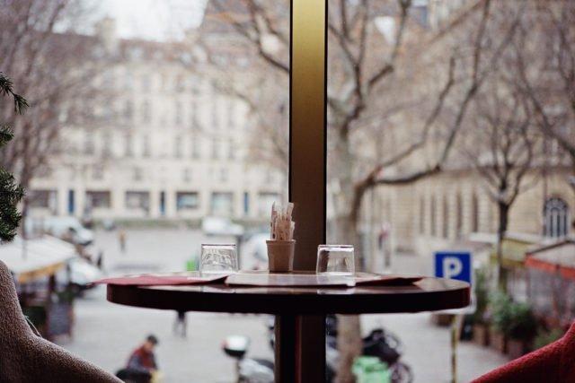 table avec verre derrière baie vitrée