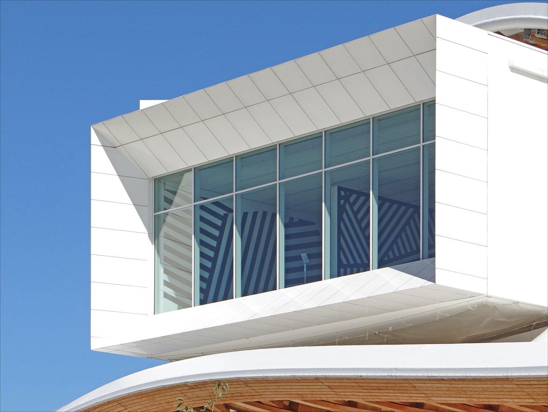 maison avec de grandes baies vitrées