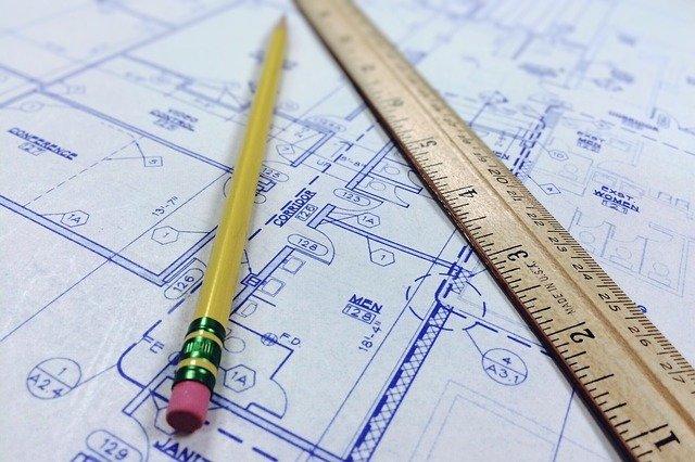 Un plan de construction sur lequel sont posés un crayon et une règle.