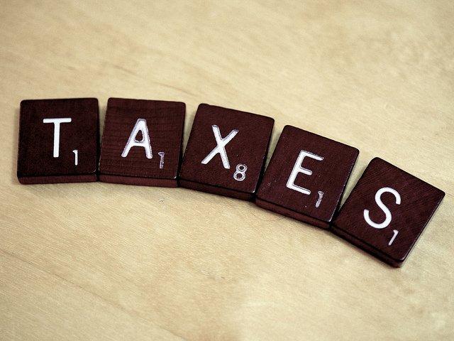 Le mot taxes écrit avec des lettres de Scrabble.