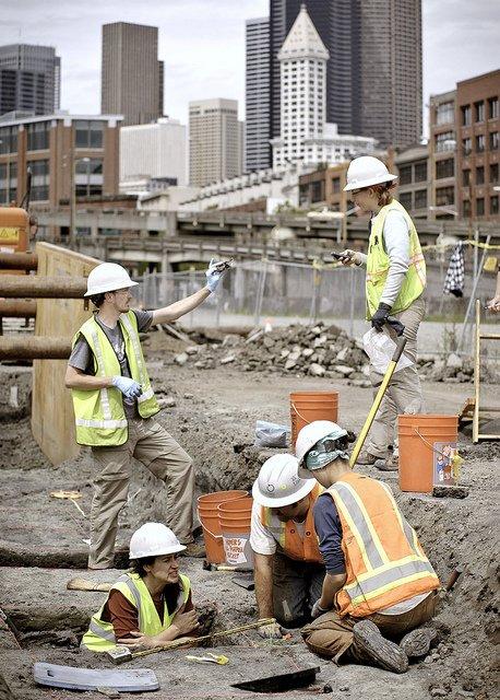 Des archéologues sur le chantier d'une route.