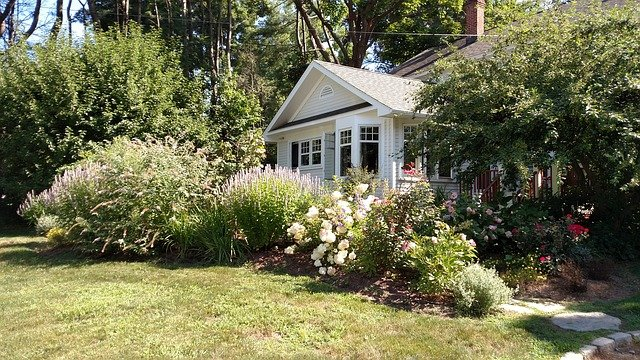 Maison avec jardin fleuri.
