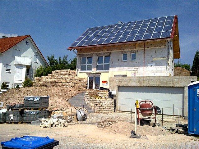 Maison passive allemande avec panneaux solaires en construction.