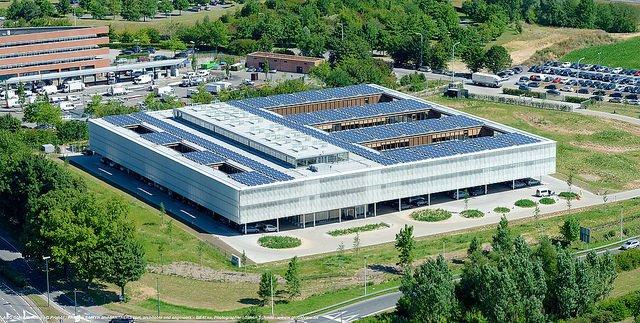 Le nouveau siège d'AGC Glass Europe par Samyn et décoré par Meurant.