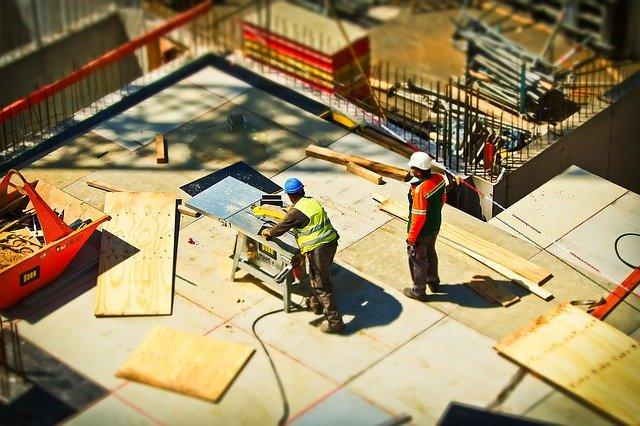 Artisans en plein travail sur le chantier d'une maison.
