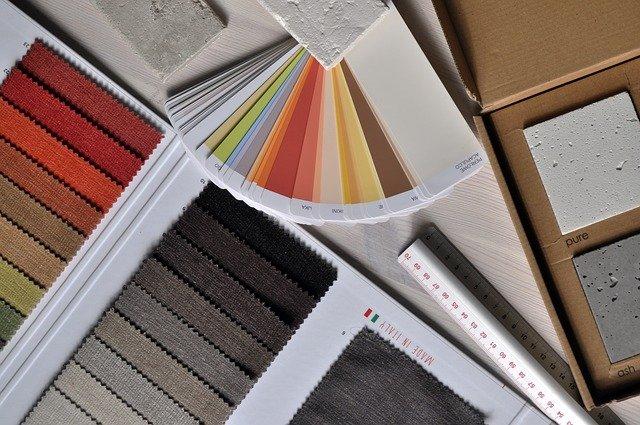 Nuancier de couleurs, différents matériaux et règle posés sur une table.