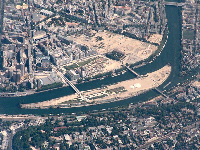 Photo aérienne de l'Île Seguin, en région parisienne.