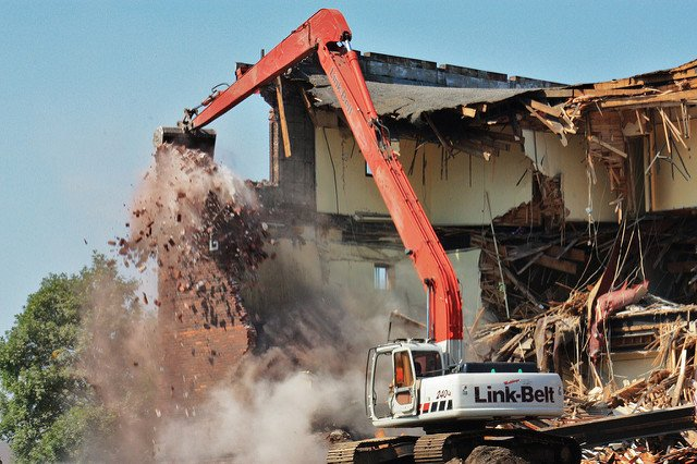 Démolition d'une maison au bulldozer.