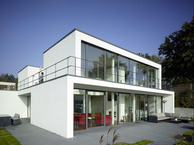 Maison moderne avec une surface de vitrage importante.