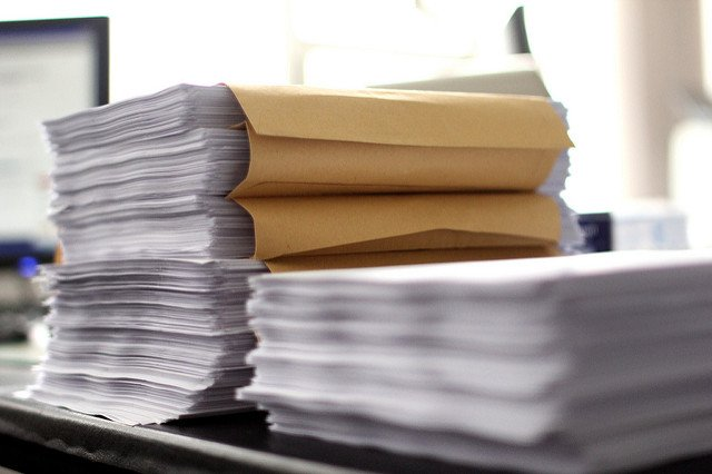 Pile de formulaires de permis de construire.