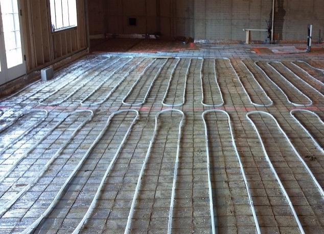 Installation du chauffage au sol en cours.