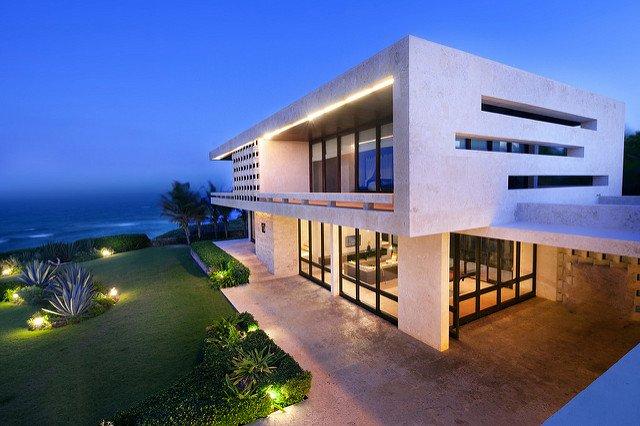 Maison moderne en bord de mer.