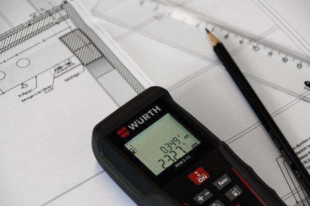 Mesures d'architecte et calculatrice.