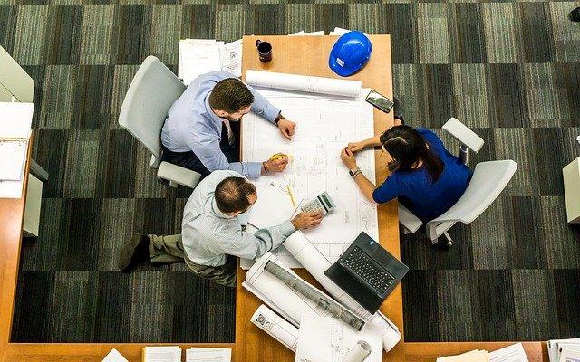 Architectes et clients travaillant autour d'une table.