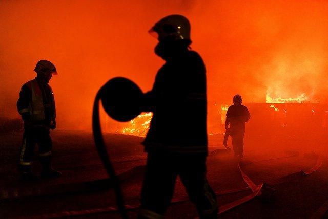Pompiers qui se battent contre un feu