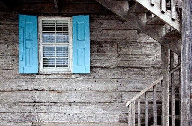 Fenêtre sur façade de maison en bois.