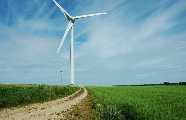 Éolienne dans un champ.