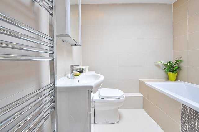 Une salle de bain avec baignoire, WC et évier.