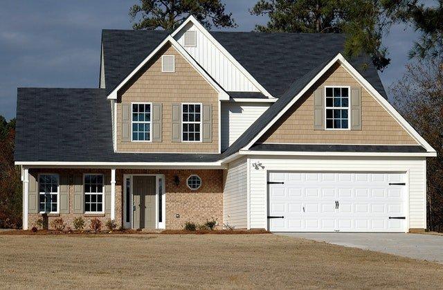 Garage accolé à une maison obtenu grâce à un permis de construire.