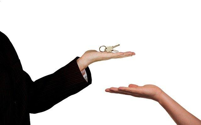 Personne souhaitant acheter un bien immobilier avec un prêt.