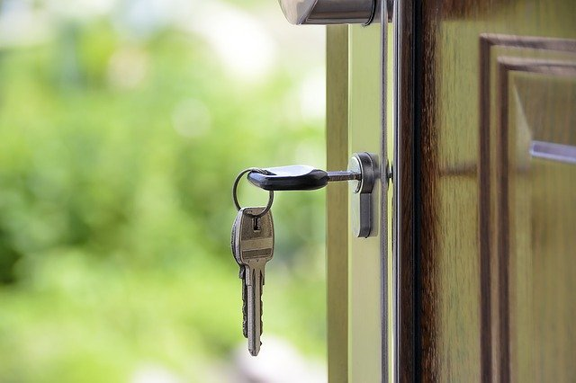 Serrure de porte avec un trousseau de clés.